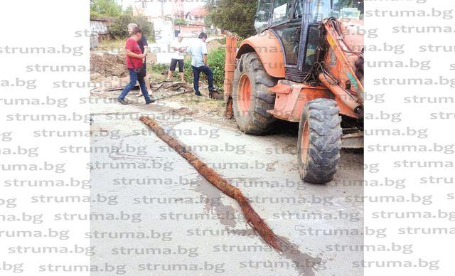 Извадиха 5-метрово коренище от водопровода на Стоб, то  причинило 20-годишната водна криза в селото