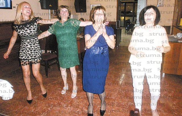 Банкова служителка от Сандански събра 25 колеги на купон за пенсионирането си