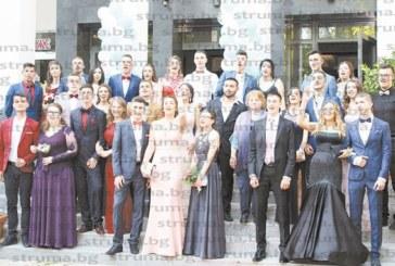 """ОТЗВУК ОТ ФИЕСТАТА! Абитуриентите от 12 """"б"""" клас на ПМГ""""Акад. С.П. Корольов"""" се откроиха със стил и елегантност"""