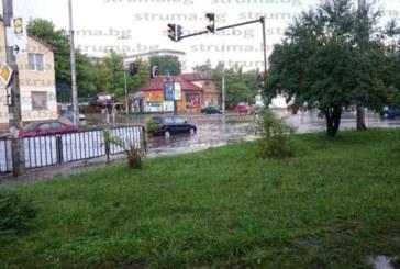 Огнеборци отводняваха кръстовища след пороя в Перник