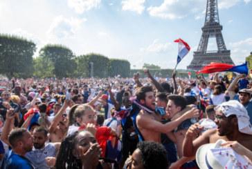 ФУТБОЛНА ЛУДОСТ! В Париж ври и кипи – хиляди празнуват триумфа на Франция (НА ЖИВО)
