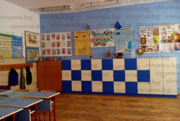 """След протест с мотото """"На чужд гръб и 10 ученически раници са малко"""" МОН даде пари за шкафчета за 35 школа в Пиринско"""
