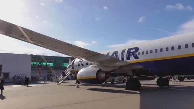 """Самолет на """"Райън еър"""" кацна аварийно, 33 пътници в болница"""