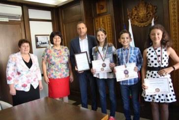 Кметът Г. Икономов посрещна малки математици от Банско, призьори от международно състезание