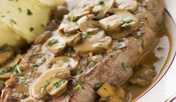 Свински пържоли с гъби, сметанов сос и кашкавал в гювеч