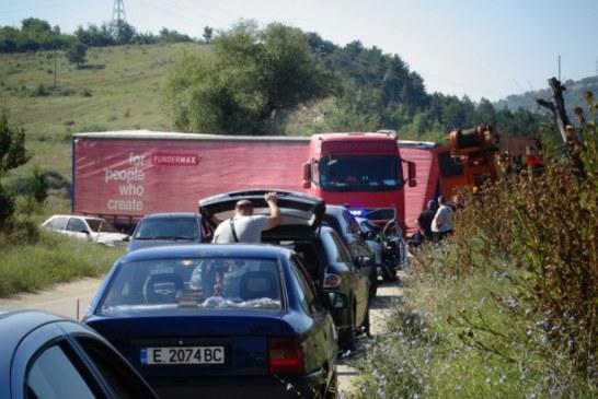 Ремарке на тир се откачи, затвори път край Благоевград