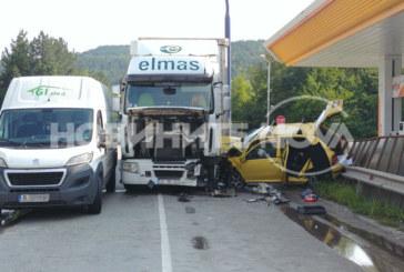 Зрелищна катастрофа! Товарен автомобил се заби в такси, трима ранени