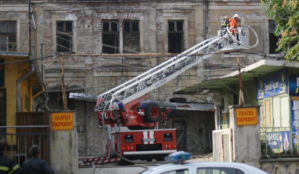"""Оглеждат щетите след пожара в """"Царските конюшни"""""""