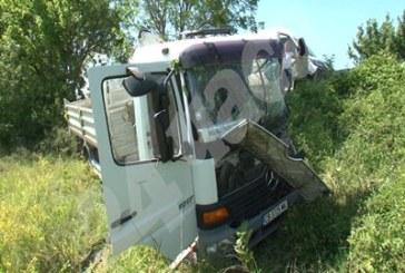 Вижте снимки от страшния сблъсък на микробус и камион, при който загина жена