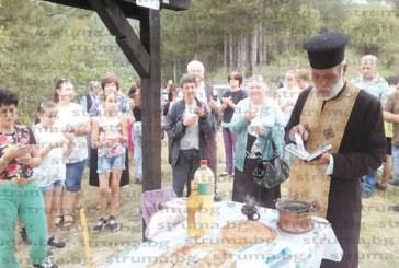 Семейството на зам. кметицата на Кюстендил Р. Плачкова отбеляза 22-г. от сватбата с освет на 3-м кръст, изработен от съпруга й