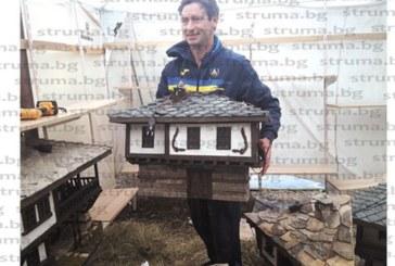 """С уникални макети на къщи в стар стил строител от Вълкосел привлече вниманието на гостите на """"Фолклорна магия"""" в Банско"""