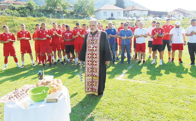 """""""Бела"""" стартира с 30 футболисти в 35-градусова жега, намери заместник на управителя в оставка"""