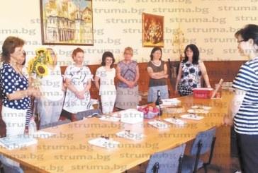 Математичка В. Ризова за първи път празнува рожден ден на работното си място