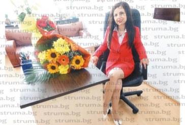 """Бившата учителка в Математическата в Гоце Делчев  Таня Трапова спечели конкурса за шеф на  софийската гимназия """"Св. Методий"""", колегите й я  посрещнаха с питка и мед"""