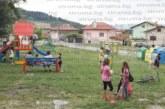 ПАРИ НА ВЯТЪРА! Два дни след ремонта за 5000 лв. детската площадка в Бистрица осъмна със счупени люлки