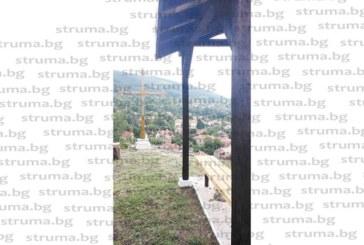 Жител на кюстендилско село вдигна триметров кръст за укрепване на вярата