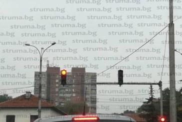 Новите светофари на възлово кръстовище в Перник се повредиха