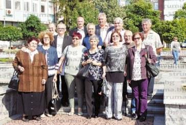 """Емблематичният 8 """"в"""" клас на ОУ """"Св.св. Кирил и Методий"""" в Дупница се срещнаха след 52 години"""