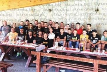 """Заместник-треньорът на СК """"Патриот"""" Драгомир Кацаров на трапеза с печено агне почерпи за дипломирането си от НСА"""