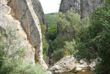 Дете падна между скалите на Ждрелото в Трън