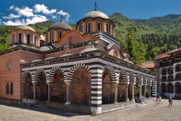 Стотици вярващи се събират за среднощно бдение в Рилския манастир