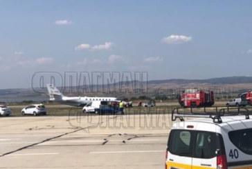 Извънредно! Самолет кацна аварийно в тревата на летище Бургас