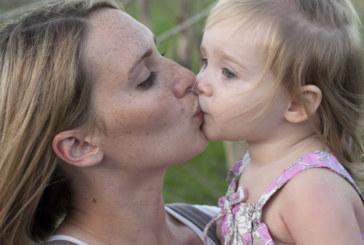 Стоматолози алармират: Не целувайте децата по устата!