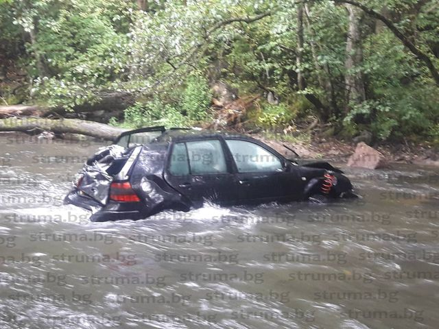 Шофьорка излезе от завоя, падна с колата в река Глазне