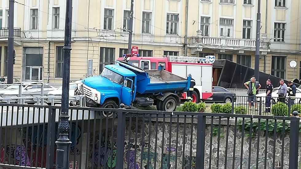 Камион надвисна над реката на Лъвов мост