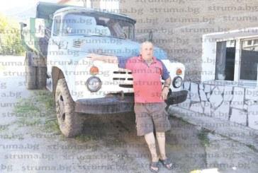 Пенсиониралият се заедно със ЗИЛ-а си шофьор от Бистрица Дзегата качи тиквите на асмата в двора си, вече се налели до 12 кг