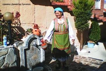 Фолклорният стожер на село Коларово М. Митова посрещна гости с печено агне за 80-г. юбилей