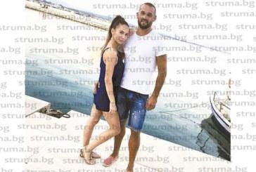 """Стражът на """"Вихрен"""" Ст. Кунчев съзерцава залезите над Йонийско море с приятелката си Кристина"""