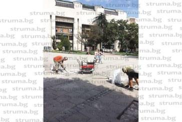 """Читатели звънят в """"Струма"""":  Некачествено се ремонтира пешеходната зона в центъра на Благоевград, разбити """"на сол"""" плочки не се подменят, а много от новопоставените са счупени или стърчат опасно…"""