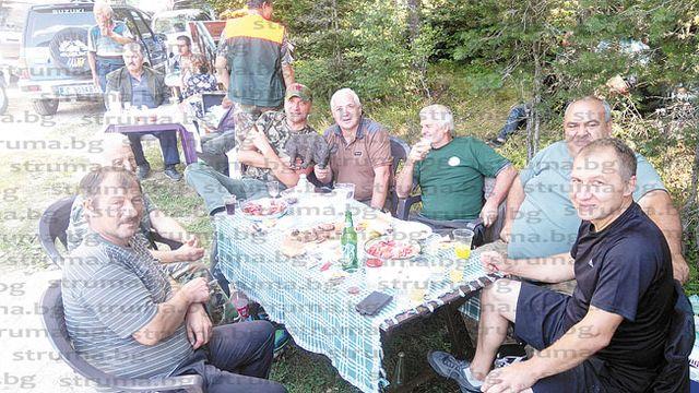Гурбетчия в Испания събра приятели на маса под дебели сенки край Гоце Делчев