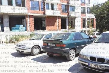 """Петричанинът Г. Петков: В Сандански закопчаха със скоба автомобила ми, 40 мин. чаках в жегата с бебе на ръце дежурните да я свалят, от знаците така и не разбрах в """"синя зона"""" ли съм"""