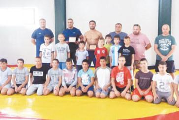 Благодарни родители със затрогващ жест към треньорите по борба в Сандански, братята Кирил и Янко Ханджийски