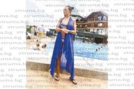 УИКЕНД УДОВОЛСТВИЯ! Благоевградската съветничка Злата Ризова се отдаде на летни спа процедури в компанията на сина си Венци