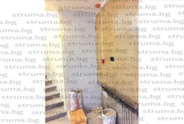 Читатели сигнализират: Заради икономии по проекта за 3.5 млн. лв. зазидаха прозорци на община Благоевград и спряха естественото осветление към тъмните коридори, стесняват стълбищата с тухли итонг…