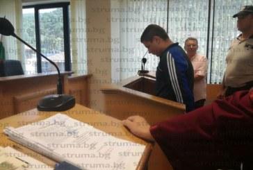 Младежът, помел трима тийнейджъри на тротоар в Петрич, остава в ареста