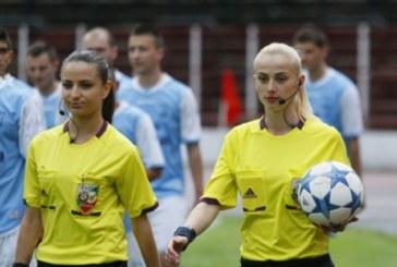 """Блондинка и брюнетка палят страстите на Стадиона на мира в мач на """"Вихрен"""""""