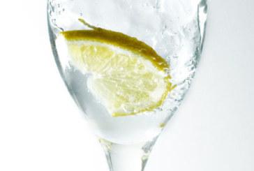Чаша вода с лимон сутрин – полезно и приятно