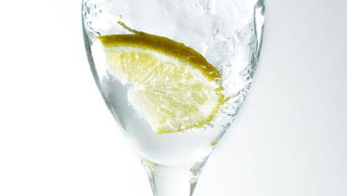 Чаша вода с лимон сутрин - полезно и приятно