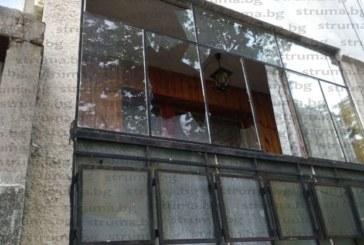 Хората пропищяха от тийнейджърите, окупирали нощно време детската и спортната площадка:  Крещят истерично, чупят, кварталните футболисти потрошиха стъклата на колите и прозорците на апартаментите, от полицията реакция няма, няма кой да ги спре