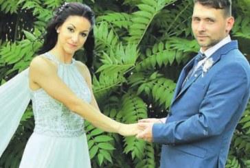 Футболист се ожени на стадиона, булката му би дузпа