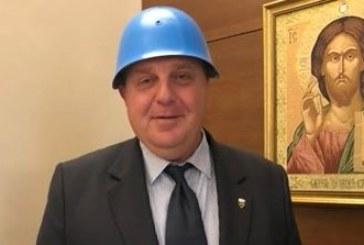 Каракачанов пристигна на коалиционен съвет със синя каска
