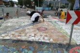 Деца превърнаха кръгово кръстовище в Кюстендил в арт композиция