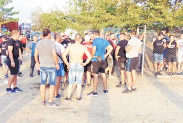 """Феновете на """"Беласица"""" плашат с линч рефер, държат го в плен 2 ч. на стадиона в Първомай"""