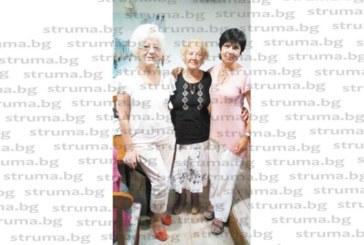 """Туристите ветерани начело с танцьорката на ансамбъл """"Пирин"""", 83-годишната Т. Кокарешкова, посрещнаха гости от цялата страна"""