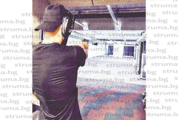 Футболист от Склаве подобрява стрелковите си умения на стрелбището с пистолет в ръка