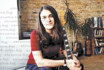 """25-годишната петричанка Снежина Дуевска, музикант и композитор, завършила магистратура в University College London:  Пускайки ме на 19 г. да уча в Англия, родителите ми ме научиха как да """"летя"""", Васко Кръпката е творецът, който ме вдъхновява"""